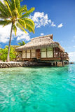 Over waterbungalow met stappen in lagune Stock Foto's