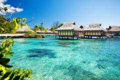 Over waterbungalowwen met over verbazende lagune stock fotografie