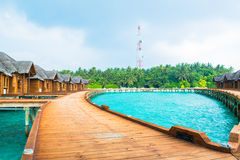 Over waterbungalowwen met stappen in verbazende groene lagune Royalty-vrije Stock Foto's