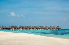 Over waterbungalowwen op een tropisch eiland, de Maldiven stock foto's
