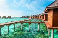 Over waterbungalowwen op een tropisch eiland, de Maldiven royalty-vrije stock afbeelding