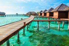 Over waterbungalowwen op een tropisch eiland, de Maldiven royalty-vrije stock afbeeldingen