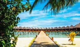 Over waterbungalowwen op een tropisch eiland, de Maldiven royalty-vrije stock foto