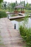 Over waterpaviljoen in de tuin Stock Afbeelding