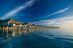 Over watervilla's in de Maldiven in blauwe lagune worden weerspiegeld die Royalty-vrije Stock Foto