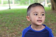 Overactief etnisch kind in het park royalty-vrije stock fotografie