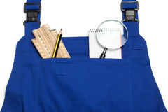 Overallbegrepp som söker för en behändig man, förstoringsglas Arkivfoto
