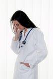 Overbelaste arts bij het ziekenhuis in de spanning Stock Afbeelding