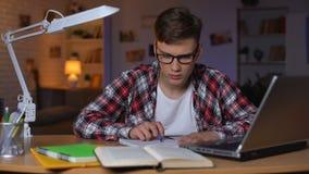 Overbelaste student die taak, verward voelen proberen te doen, projectuiterste termijn stock video