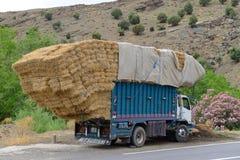 Overbelaste vrachtwagen Stock Afbeeldingen