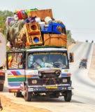 Overbelaste vrachtwagen in Ghana, het noorden van Accra stock afbeelding