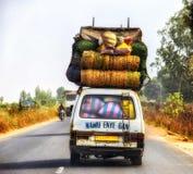 Overbelaste vrachtwagen in Ghana, het noorden van Accra stock foto's