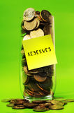 Overbelastingsmuntstukken in glas met kleverige nota'sreserves Royalty-vrije Stock Afbeeldingen