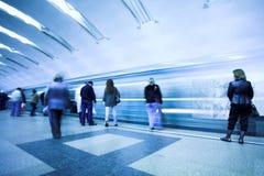 Overbevolk het wachten trein royalty-vrije stock foto