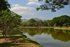 Overblijfsel van boeddhistische tempels in het Historische Park van Sikothai in Thailands royalty-vrije stock afbeeldingen