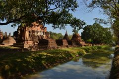 Overblijfsel van boeddhistische tempels in het Historische Park van Sukothai in Thailands stock afbeeldingen