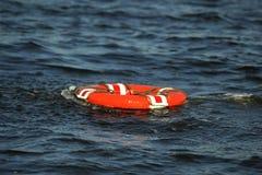 Overboard ζώνη ζωής ατόμων στοκ εικόνα