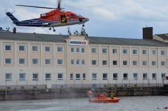 Overboord de redding van de mens opleiding met helikopter Stock Fotografie