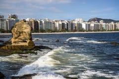 Overbuilt kustlinje i Niteroi, Rio de Janeiro, Brasilien arkivbild