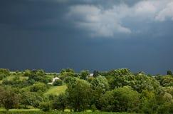 Overcast шторма над запустелой деревней Стоковая Фотография RF