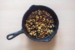 Overcooked cebula w niecce Zła kuchnia Pojęcie szkodliwy jedzenie i carcinogens obraz royalty free