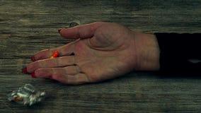 Overdosis - pillen in hand verslaafde die op de vloer liggen stock footage