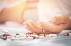 Overdosis - sluit omhoog van pillen en verslaafde het liggen royalty-vrije stock foto's