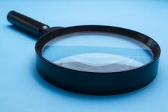 Overdrijf Glas op Blauwe Achtergrond stock afbeelding