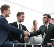 Overeenkomst besluiten en partners die dient de aanwezigheid van teamleden de schudden in royalty-vrije stock afbeeldingen