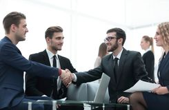 Overeenkomst besluiten en partners die dient de aanwezigheid van teamleden de schudden in royalty-vrije stock foto's