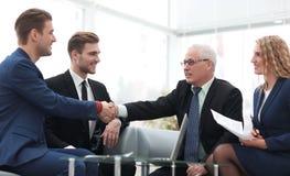 Overeenkomst besluiten en partners die dient de aanwezigheid van teamleden de schudden in stock foto
