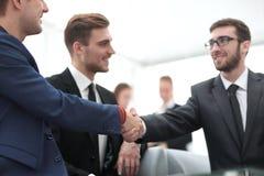 Overeenkomst besluiten en partners die dient de aanwezigheid van teamleden de schudden in stock fotografie