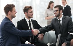 Overeenkomst besluiten en partners die dient de aanwezigheid van teamleden de schudden in stock afbeeldingen