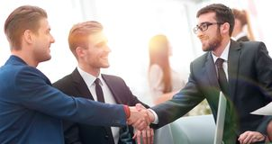 Overeenkomst besluiten en partners die dient de aanwezigheid van teamleden de schudden in royalty-vrije stock afbeelding