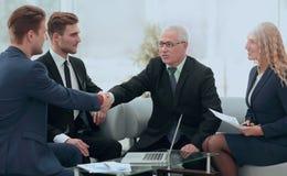 Overeenkomst besluiten en partners die dient de aanwezigheid van teamleden de schudden in stock foto's