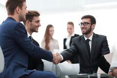 Overeenkomst besluiten en partners die dient de aanwezigheid van teamleden de schudden in royalty-vrije stock fotografie