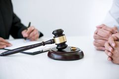 Overeenkomst door advocaat besluit van scheidingsontbinding of annulering van huwelijk ondertekenen, echtgenoot en vrouw wordt vo royalty-vrije stock foto's