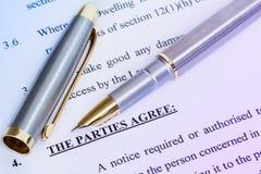 Overeenkomst en metaalpen stock fotografie
