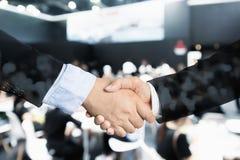 Overeenkomst of overeenkomsten bedrijfsconcept, handdruk dubbele blootstelling, c royalty-vrije stock foto's