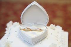 Overeenkomsten gouden ringen Stock Foto's