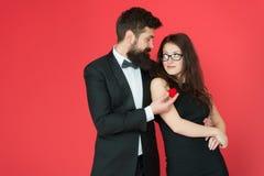 Overeenkomstenconcept Het paar in liefde viert verjaardag Voorstelovereenkomst Romantische de juwelenovereenkomst van de giftdoos stock fotografie