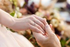 Overeenkomstenjonggehuwden Trouwring op de hand van de bruid Stock Fotografie