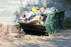Overfilled grata śmietnik w getta neigborhood wewnątrz Zdjęcia Stock