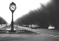 Overfiltered与葡萄酒时钟的艺术概念在黑暗的都市风景 库存图片