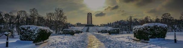 overfiltered konstnärlig vinterlandskappanorama i Carol Park från Bucharest Royaltyfri Fotografi