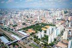 Overflight i den São Paulo Brazil helikoptern fotografering för bildbyråer