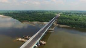 Overflying budował most nad rzeką, POWIETRZNY materiał filmowy zdjęcie wideo