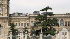 Overgaand voor Dolmabahce-Paleis, als belangrijkst administratief centrum van het Ottomaneimperium wordt gediend van 1856 tot 188 stock video