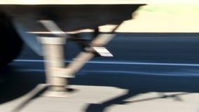 Overgaand Vrachtwagenwielen op Snelweg Centraal Californië stock videobeelden