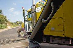 Overgegaan door tractoraanhangwagen stock afbeelding